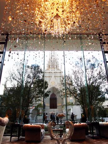 アートグレース大聖堂を臨むホテルロビー