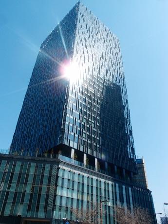 快晴の空にそびえ立つ、グランドオープンを間近に控える大名古屋ビルヂング
