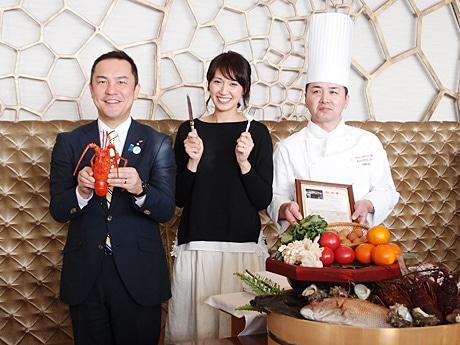 伊勢エビを持つ鈴木英敬三重県知事(左)と「みえの国観光大使」の浅尾美和さん(中央)