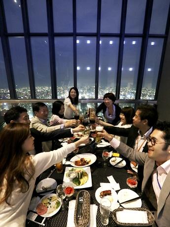 地上220メートルから名古屋の街の夜景を眺められるビアガーデン