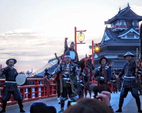清洲城で「清洲城の出陣」を再現、本物の馬に乗って登場。写真は昨年の様子
