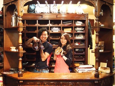 「靴磨きSTAND GAKUPLUS」オーナーで靴磨き職人の佐藤我久さん(左)と、修業を続ける河村真菜さん(右)。