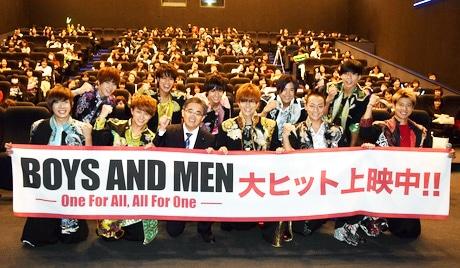 「109シネマズ名古屋」で舞台あいさつを行った「BOYS AND MEN」と大村秀章愛知県知事