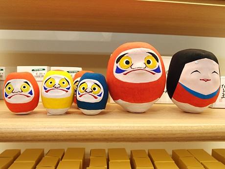 新設した「時トクラス」に並ぶ、郷土玩具「近江だるま」。同店限定のカラー(群青、山吹)も用意。