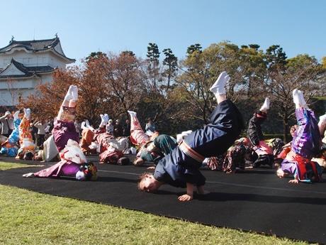 一般公募の女性43人と日本舞踊西川流四世家元の西川千雅さんらが名物芸「金のしゃちほこ」を披露