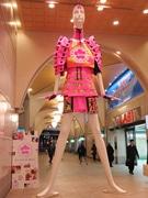 名駅の「ナナちゃん」人形がピンク色の甲冑姿に 受験生にエール