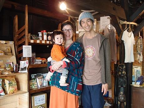 「食と暮らしの小さなお店 亀家)」店主の東山真矢さん(中央)と夫の浩二さんと娘さん