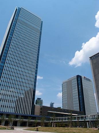 「グローバルゲート」外観。手前から大和ハウス名古屋ビル、商業施設が入る低層棟、高層タワー