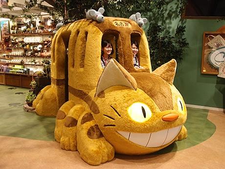 「どんぐり共和国」店頭の「ネコバス」。行き先は「名古屋」  (C)Studio Ghibli