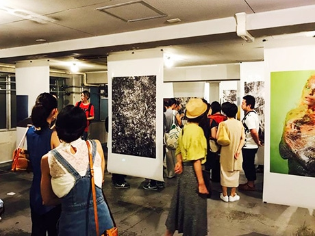 現在開催中の、写真家夫婦、HAYATOさん、壹岐倫子さんの写真展の様子