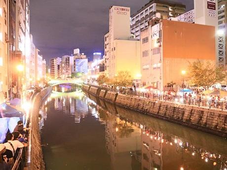 堀川沿いに飲食ブースが設けられにぎわう「なやばし夜イチ」の様子(写真=「なやばし夜イチ)