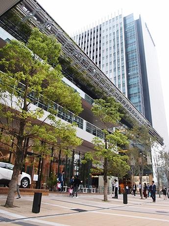 「グローバルゲート」商業施設外観。左手に見えるのはトヨタ自動車が運営する「DRIVE TO GO BY TOYOTA」