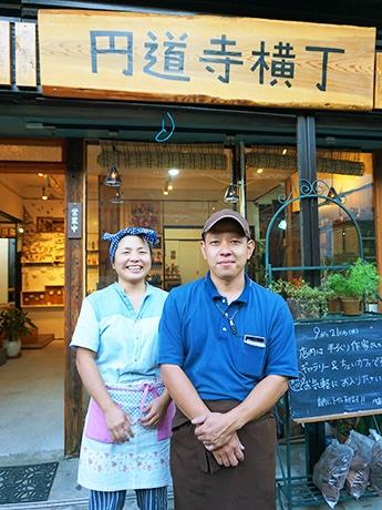 「円道寺横丁」オーナーの青山大介さん(右)、店長の早川直里さん(左)