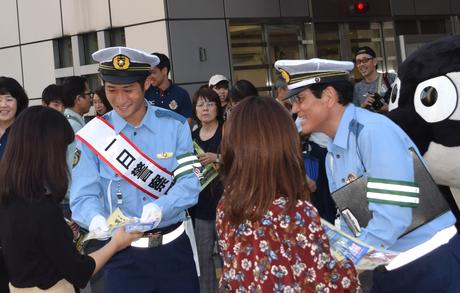 グランパス和泉竜司選手が中村警察署の一日警察署長に。反射材・リーフレットなどを配布