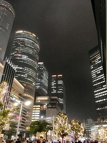 ミッドランドスクエア前の通りから見た名古屋駅地区のイルミネーション