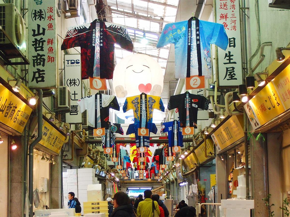柳橋中央市場内に展示されている25店舗分の法被