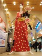 名駅前の「ナナちゃん」が振り袖姿に着替え