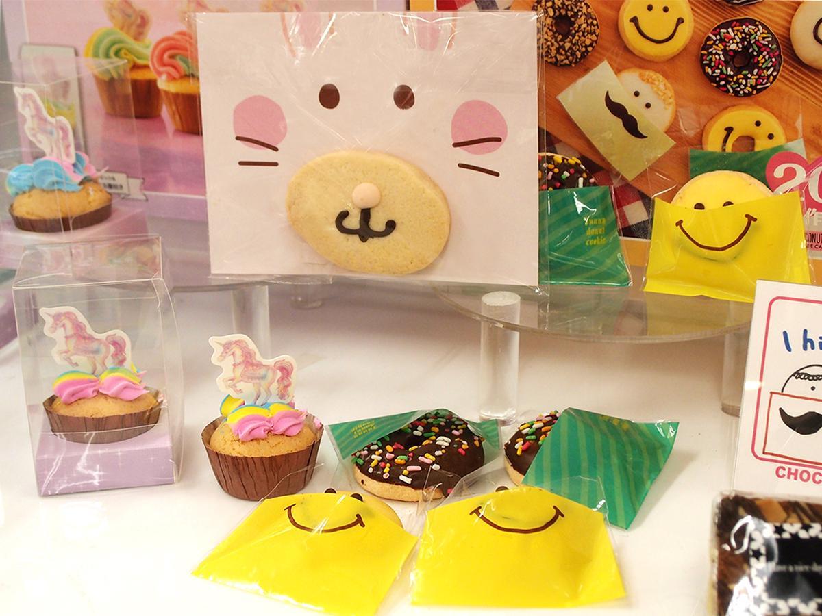 「ユニコーンカラーのカップケーキ」(左)や「フォトプロップスクッキー」(中)など
