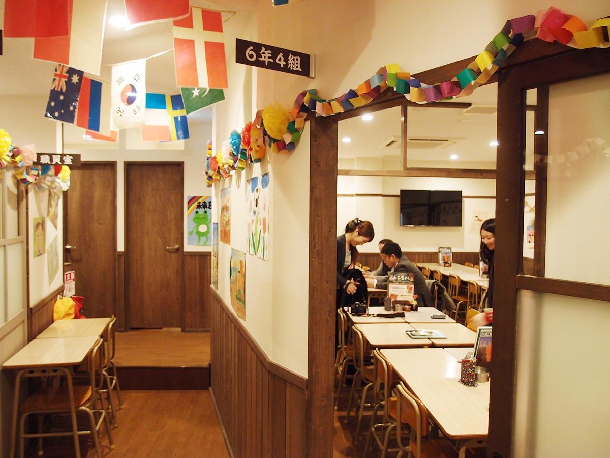 小学校をテーマにした居酒屋「個室家座香屋 6年4組 名古屋名駅分校」店内の様子