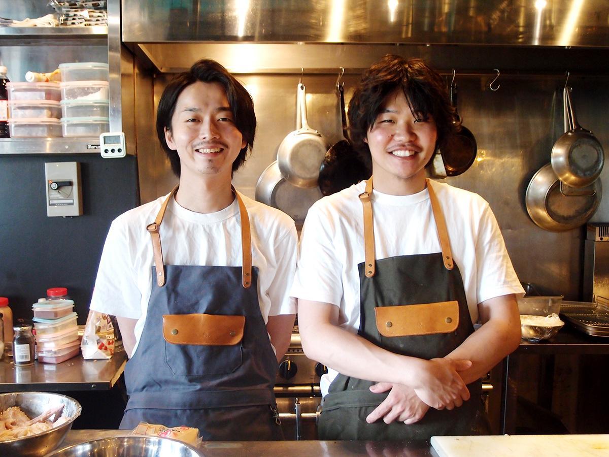 オープンキッチンで、オーナーの森洋平さん(左)と店長の太田銀次さん