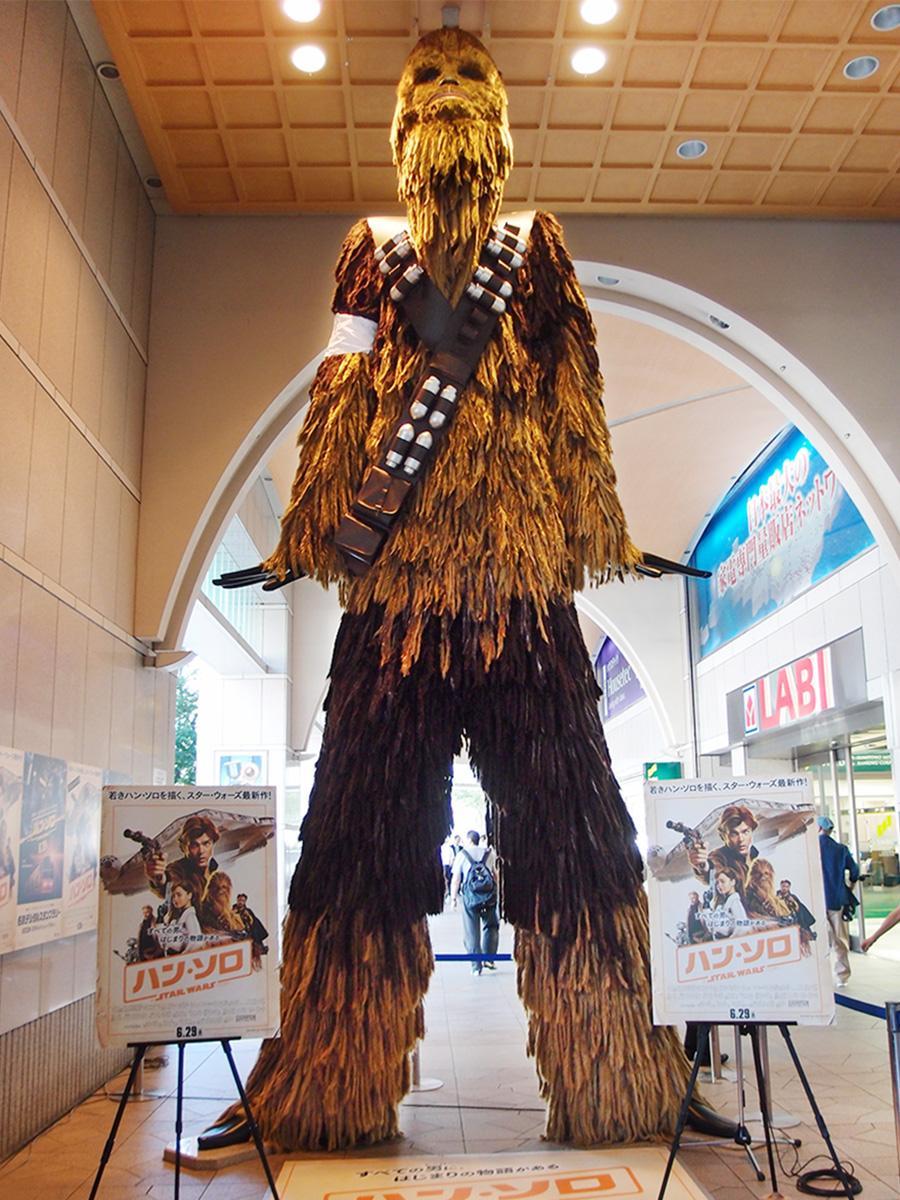 「チューバッカ」に変身した高さ約6メートルのナナちゃん人形