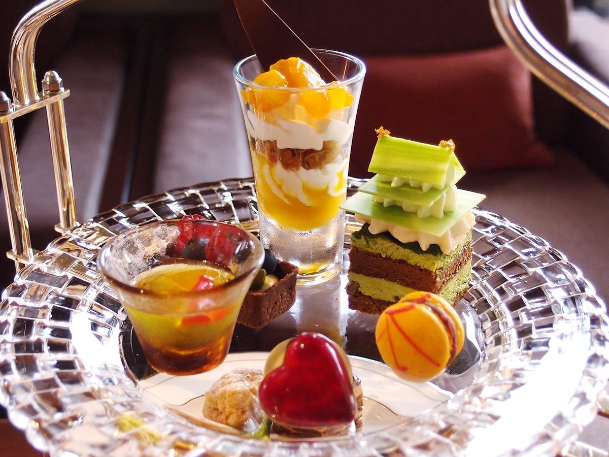 名古屋城を表現したケーキなど6種類のスイーツをのせた上段
