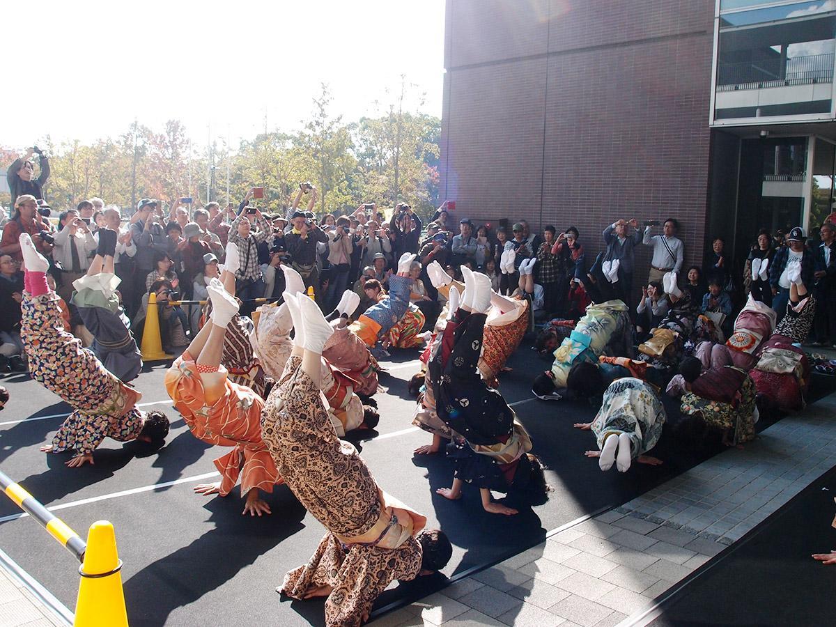 オープニングイベントで披露した一般公募で集まった人による「金のしゃちほこ踊り」