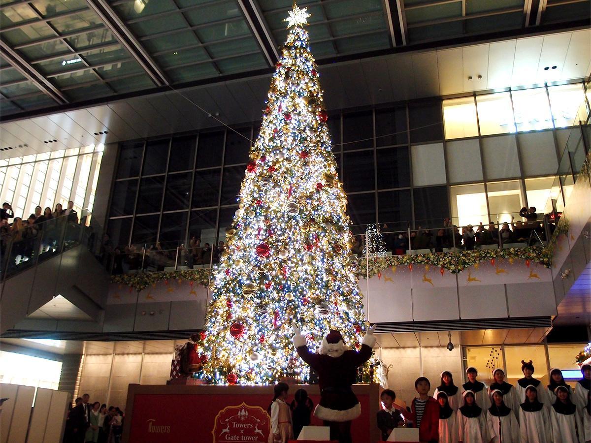 きらびやかに点灯したクリスマスツリー