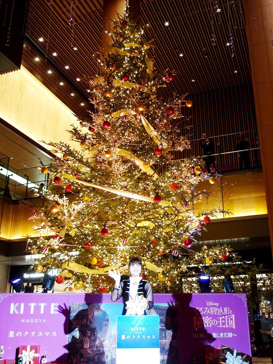 点灯したクリスマスツリーと村上佳菜子さん