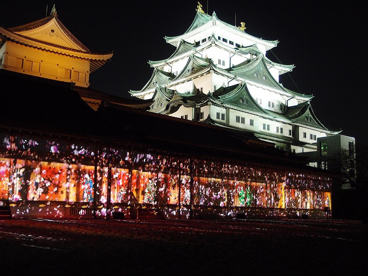 ライトアップされた名古屋城と本丸御殿東面に映し出したプロジェクションマッピング