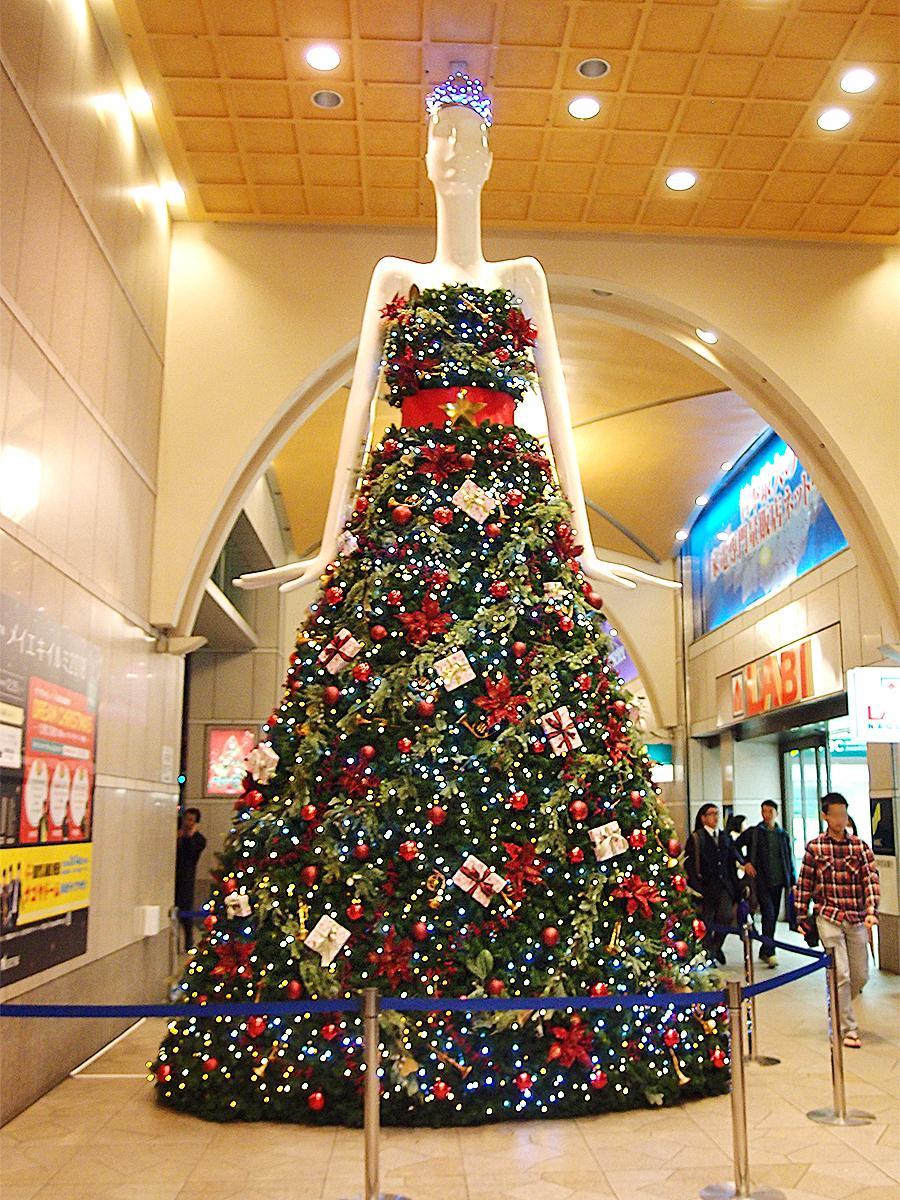 クリスマスツリーをイメージしたロングドレスをまとう「プリンセスナナちゃん」