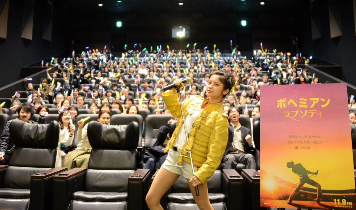 """ミッドランドスクエアシネマ2で行われた映画「ボヘミアン・ラプソディ」の「""""胸アツ""""応援上映スペシャル in NAGOYA」。愛知県出身の「コスプレクイーン」桃月なしこさんが登壇"""