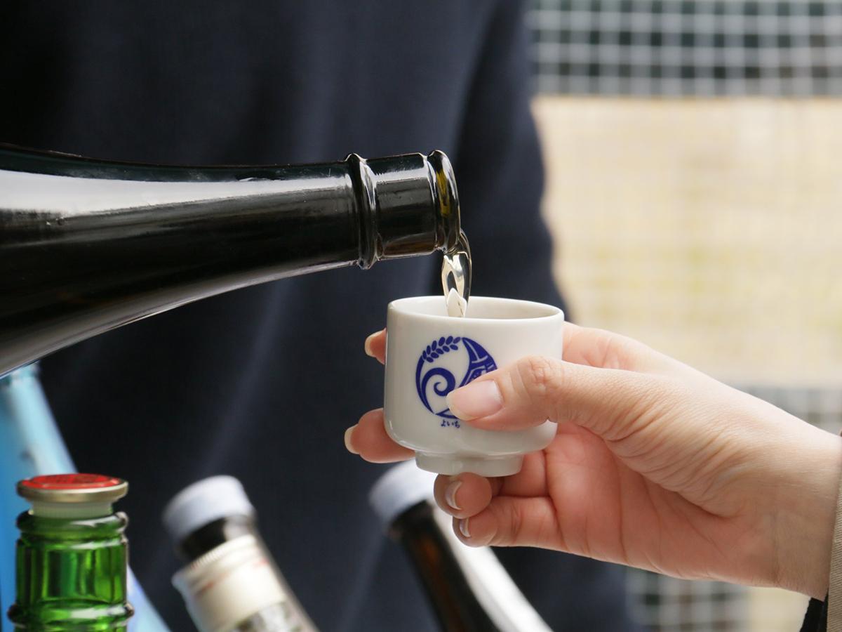 昨年の「日本酒まつり」の様子。オリジナルおちょこで日本酒を楽しむ(写真提供:なやばし夜イチ)
