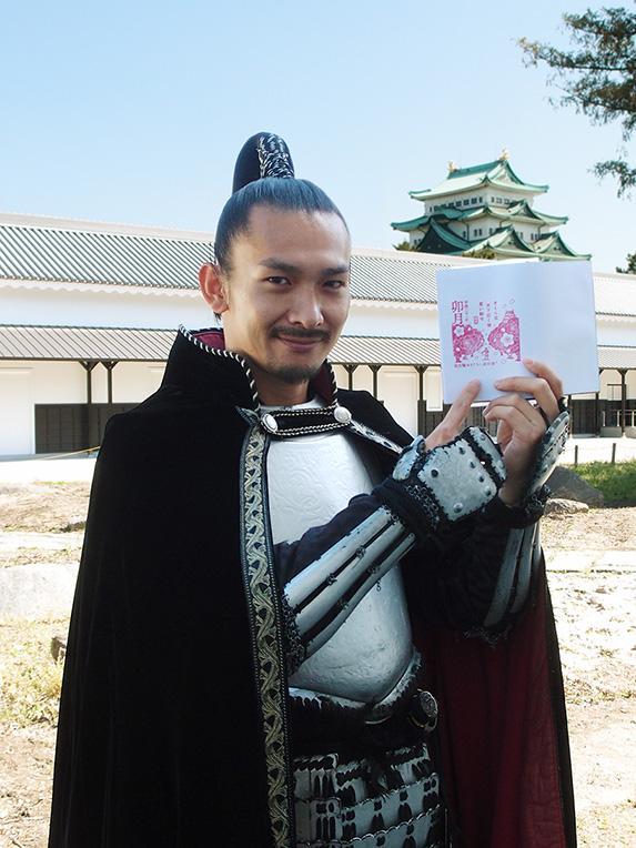 自身の句を絵柄にした4月の「武将印判」を手にした織田信長さん
