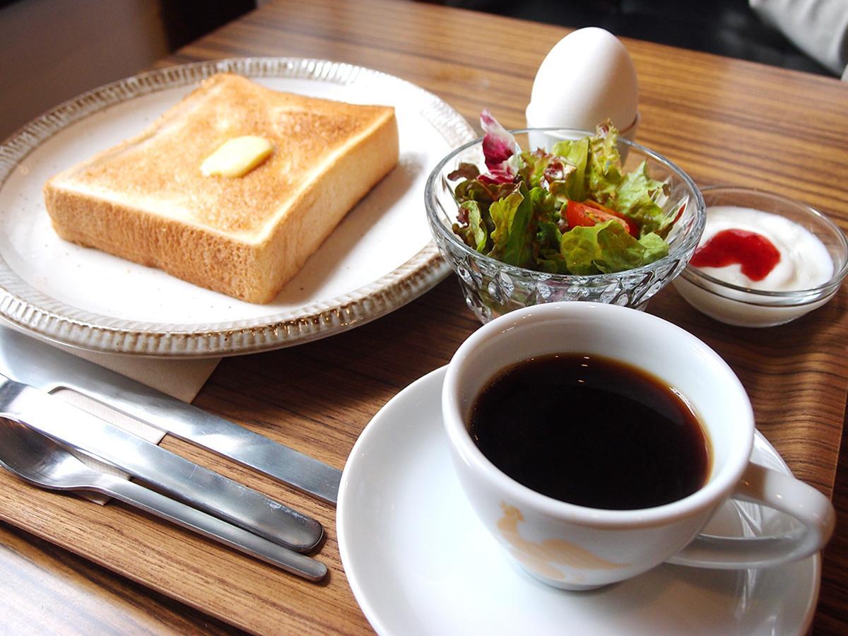 ドリンク(500円~)注文でトースト・サラダ・ゆで卵・ヨーグルトが付く「1日中モーニングサービス」