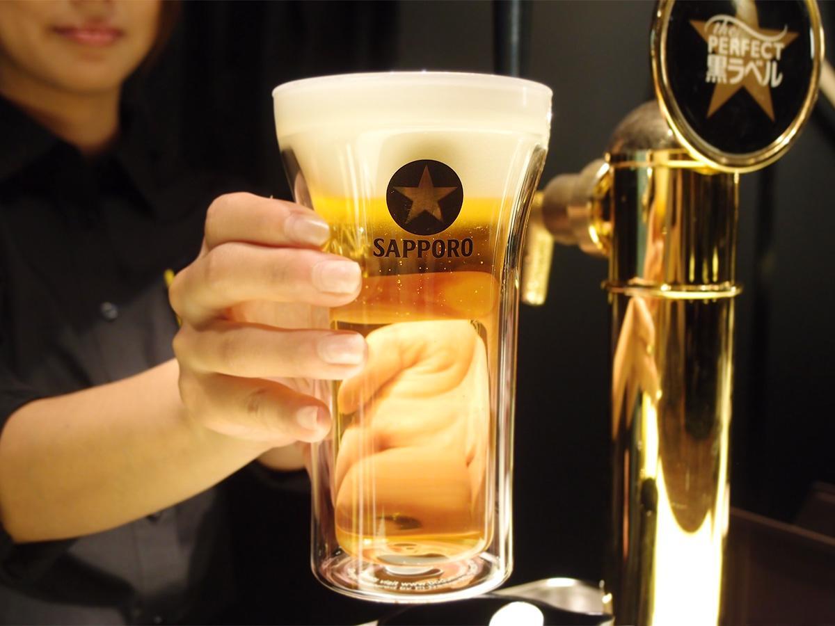 2層のガラスで冷たい状態を保ちやすいように作られた専用のグラスで提供する「サッポロ生ビール黒ラベル」
