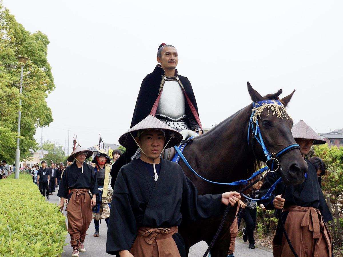 織田信長が馬に乗って「出陣」(昨年の様子。画像提供:名古屋観光コンベンションビューロー)