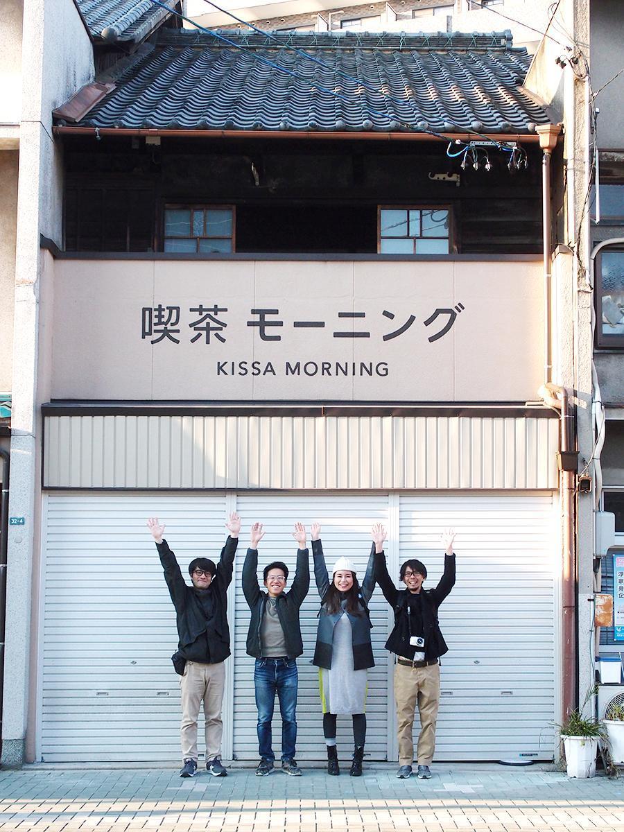 「喫茶モーニング」店舗前で、左から店舗設計担当の栗本さん、運営を手掛ける市野さん、管理担当の山田さん、イベントなどを企てる大野さん