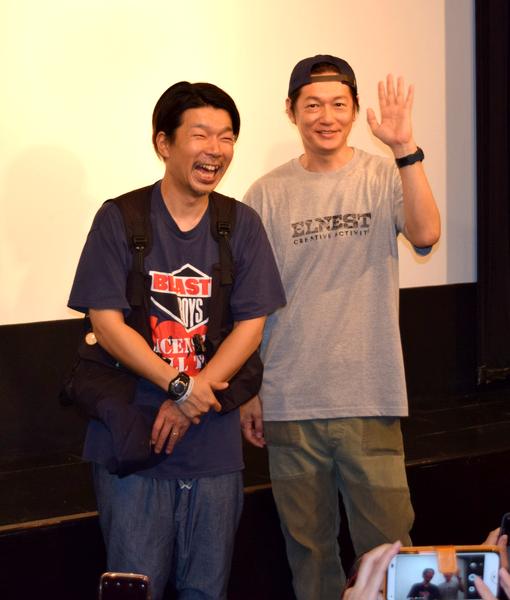 シネマスコーレで行われた映画「こはく」舞台あいさつ。横尾初喜監督と井浦新さん(右)が来名