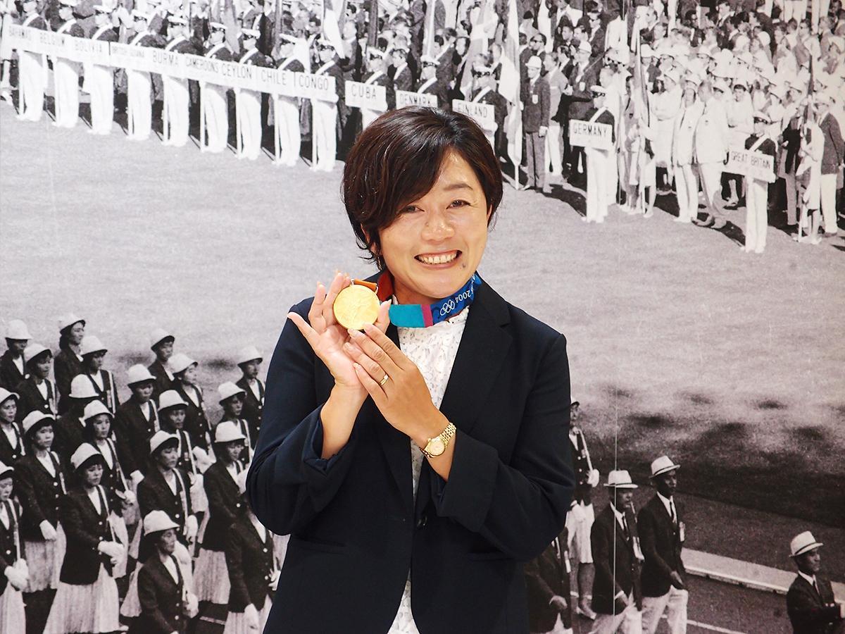 オープニングセレモニーにゲスト参加した野口みずきさん。2004年アテネ大会で獲得した金メダルを手にして登場