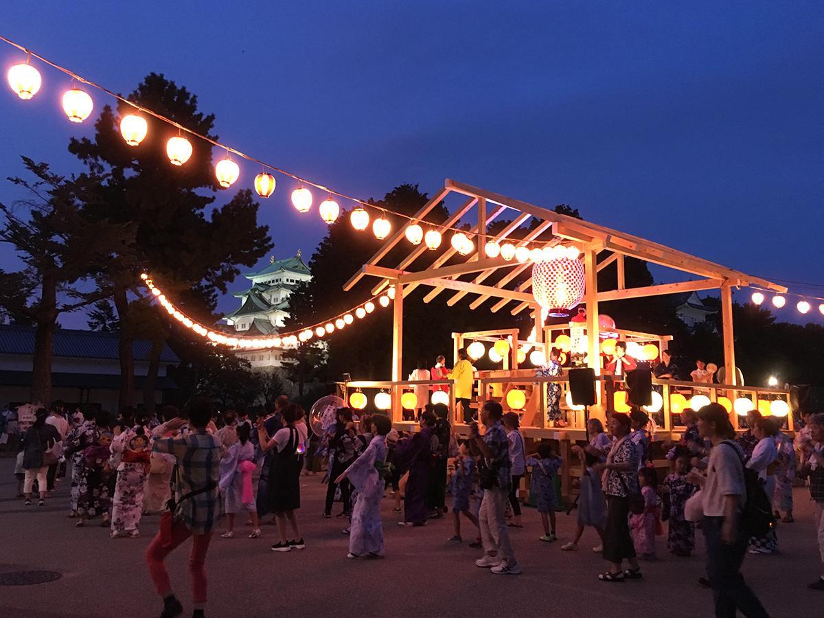 名古屋城を背景に行う「大盆踊り大会」。今年はオリジナルの櫓を特設。ミラーボールのように回る名古屋提灯を取り付けた。