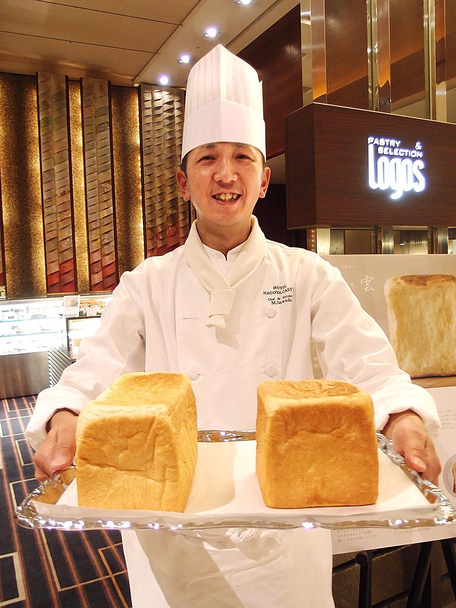 高級食パン「綿雲」を手にする開発者でベーカリー料理長の澤田道孝さん