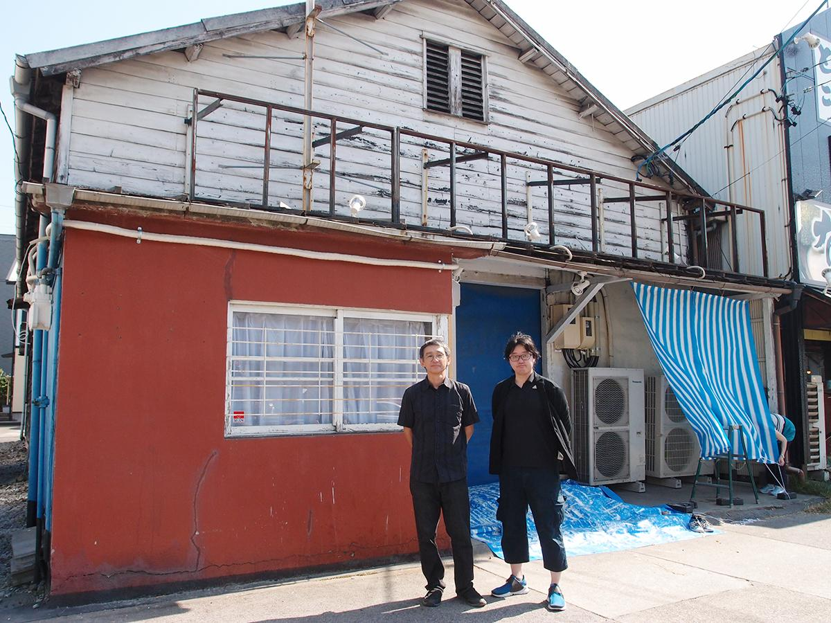 「ささしまスタジオ」前で、スタジオオーナーの志水久雄さん(左)と、プレオープン企画を担う舞台演出を中心に活動している紺野ぶどうさん(右)。取材当日は改装中。
