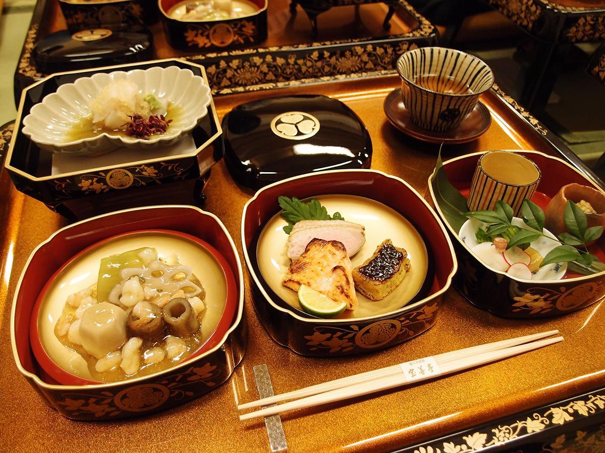 江戸時代の文献を基に再現した料理が並ぶ「本丸御殿饗応(きょうおう)御膳」の一部