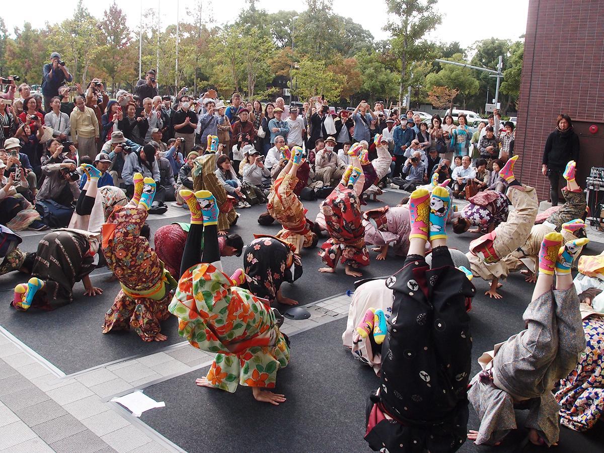 オープニングを飾った一般参加者による「金のしゃちほこ踊り」