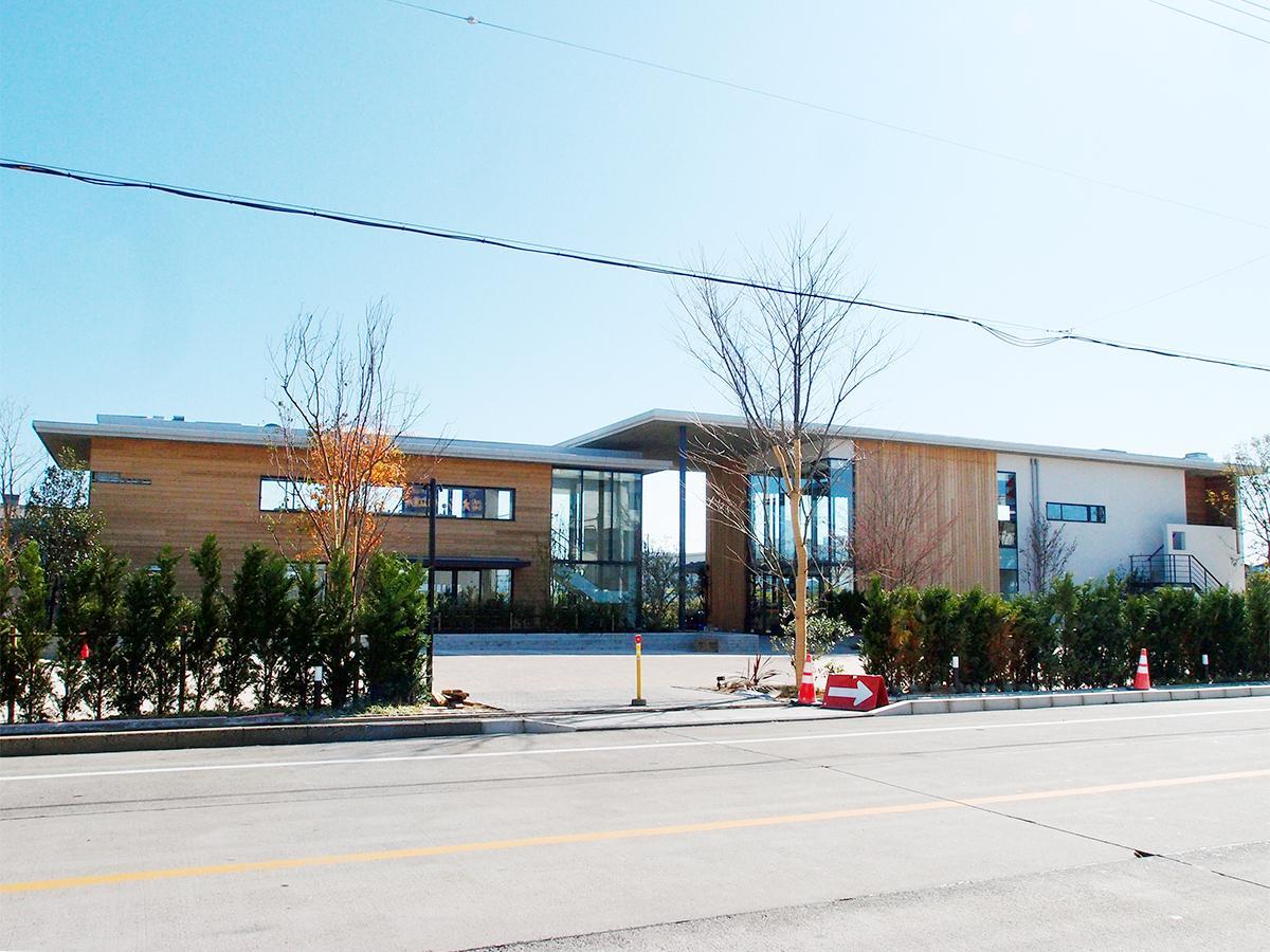 現在工事中の、レストランやベーカリーカフェを構える「バーミキュラ ビレッジ ダインエリア」現在の外観