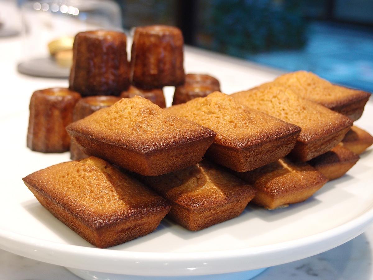 主力商品のAOPバターを使った焼きたての「フィナンシェ」(手前)と「カヌレ」(奥)