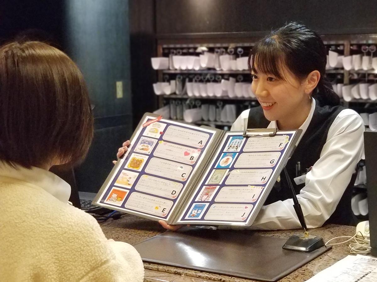 フロントで子どもに寄付する絵本を選ぶ様子(画像提供=名古屋駅前モンブランホテル)