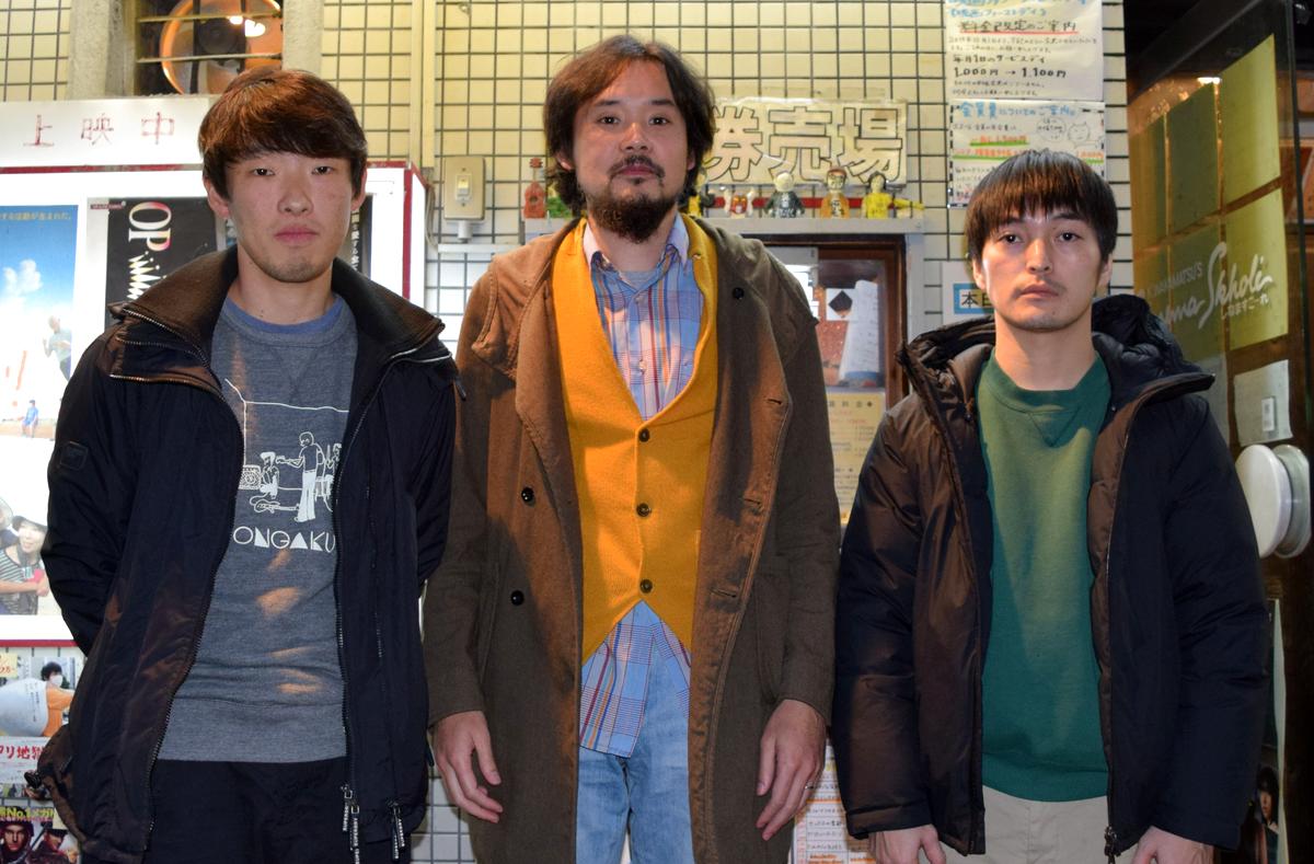 (右から)大橋裕之さん、岩井澤健治監督、松江哲明プロデューサー。名駅西「シネマスコーレ」前で