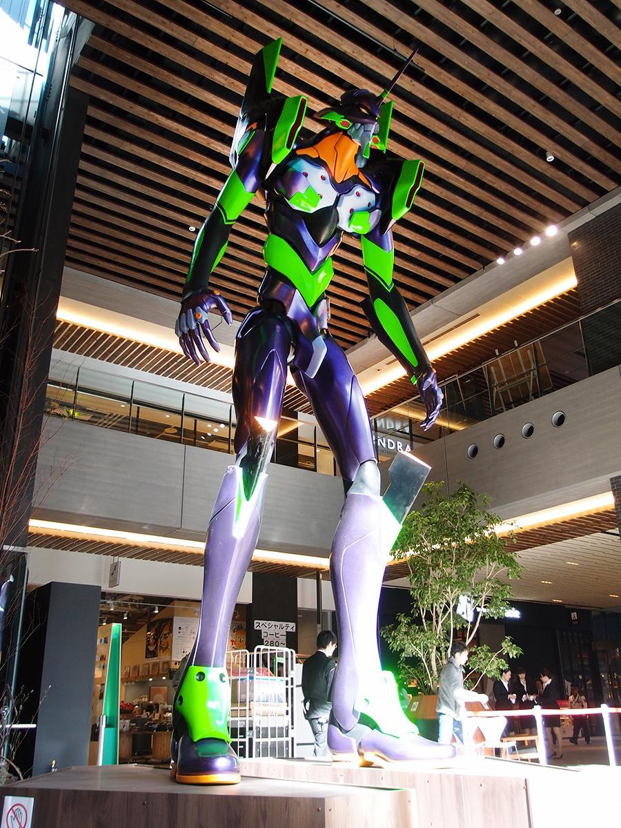ささしまライブにある商業施設「グローバルゲート」に登場した約6メートルのエヴァンゲリオン初号機立像